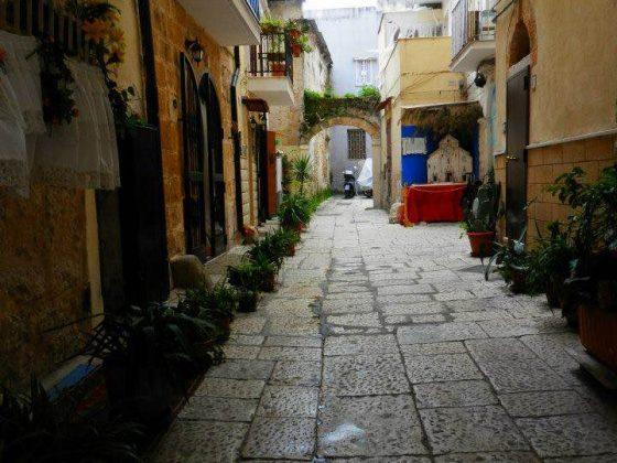 bari-vecchia-calle-tipica-barese-puglia-italia