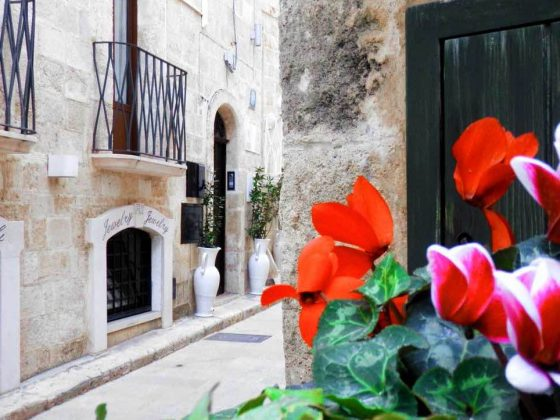 flores en calle tipica monopoli puglia italia