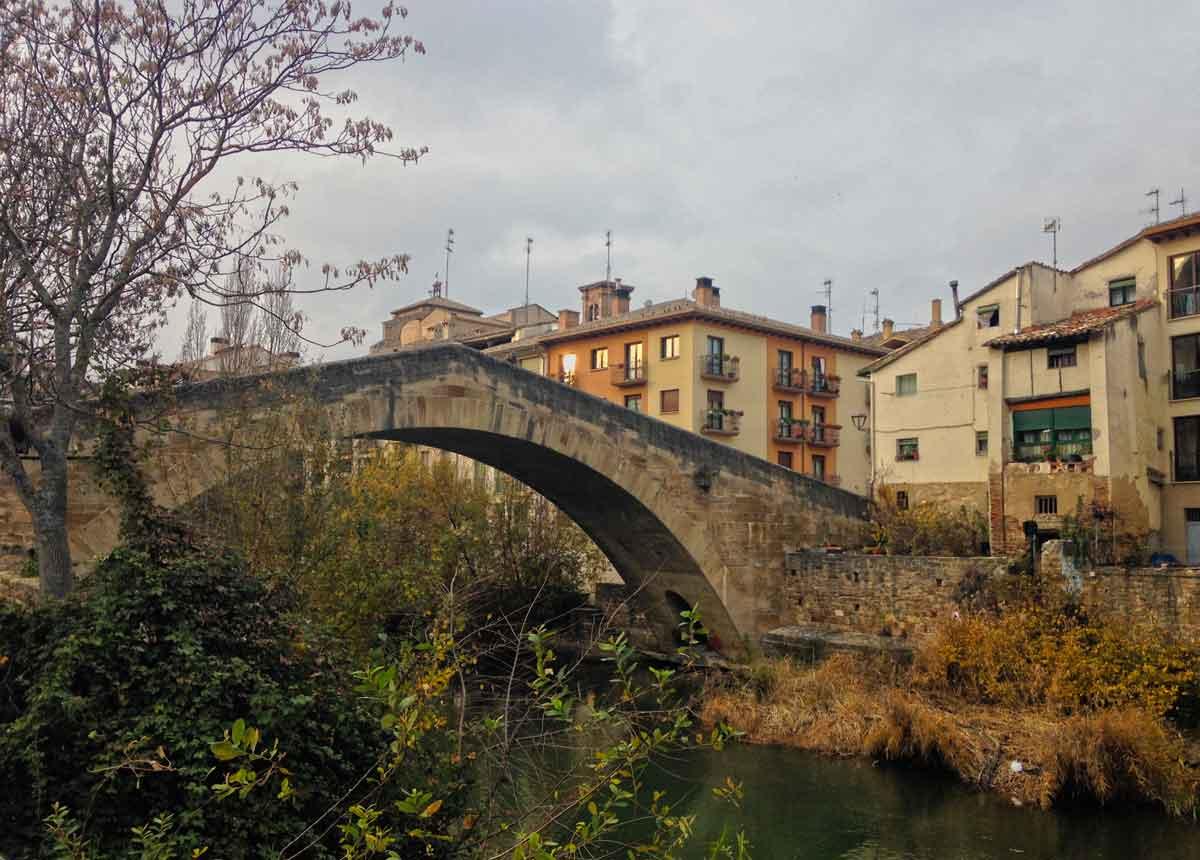 vista de puente de pico en estella navarra nafarroa